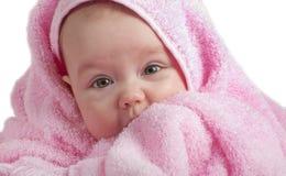 Bebé lindo con la toalla rosada foto de archivo