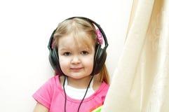 Bebé lindo con los auriculares Fotografía de archivo