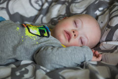 Bebé lindo con Síndrome de Down que duerme en la cama Fotografía de archivo