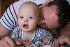 Bebé lindo con Síndrome de Down que juega con el papá Fotografía de archivo libre de regalías