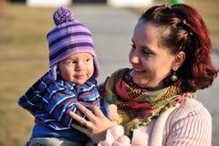 Bebé lindo con su madre fotografía de archivo