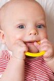 Bebé lindo con un anillo de dentición Imagen de archivo