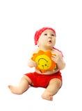 Bebé lindo con un juguete Sun que soña con verano Imagen de archivo libre de regalías