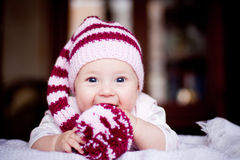 Bebé lindo de 6 meses que lleva a cabo un bobble en sus manos Fotos de archivo