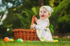 Bebé lindo en cesta en el parque verde fotografía de archivo