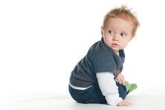 Bebé lindo en la tierra blanca Fotos de archivo
