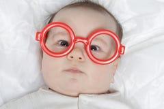 Bebé lindo en vidrios Imagen de archivo libre de regalías