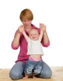 Bebé lindo que aprende recorrer Fotografía de archivo