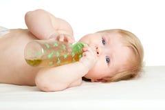 Bebé lindo que bebe de la botella Imagen de archivo libre de regalías