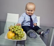 Bebé lindo que come las frutas Imagen de archivo libre de regalías