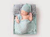 Bebé lindo que duerme en caja de madera foto de archivo