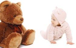 Bebé lindo que juega con el oso de peluche Fotografía de archivo libre de regalías