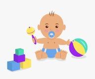 Bebé lindo que juega con un traqueteo y los cubos Imágenes de archivo libres de regalías