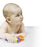 Bebé lindo que juega en el fondo blanco Fotografía de archivo libre de regalías