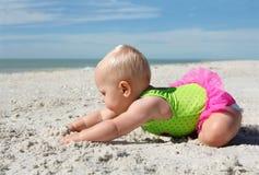 Bebé lindo que juega en la arena en la playa Foto de archivo libre de regalías