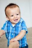 Bebé lindo que lleva a cabo las manos de su madre Fotografía de archivo