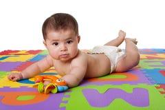Bebé lindo que pone en el vientre Fotos de archivo