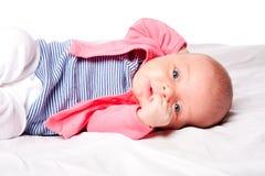 Bebé lindo que pone en pesebre Imagenes de archivo