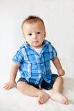Bebé lindo que se incorpora Foto de archivo libre de regalías
