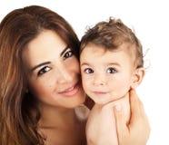 Bebé lindo que sonríe con la madre Fotografía de archivo