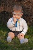 Bebé, menos que un año en hierba verde Fotografía de archivo libre de regalías