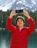 Bebé mientras que hace un selfie con smartphone Imagen de archivo