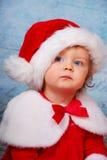 Bebé muy serio en el sombrero de santa imagenes de archivo