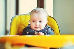 Bebé na cadeira Fotos de Stock