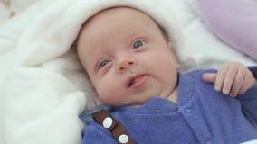Bebé na cama video estoque