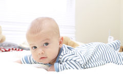 Bebé na cama, rastejando Fotografia de Stock