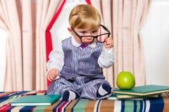 Bebé Nerdy que lee un libro Fotografía de archivo libre de regalías