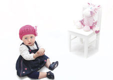 Bebé no chapéu e no brinquedo cor-de-rosa fotografia de stock