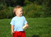 Bebé no prado fotos de stock