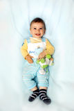 Bebé no sorriso azul Imagens de Stock
