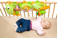 Bebé palying en cama Fotos de archivo libres de regalías