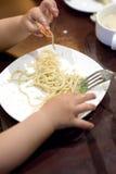 Bebé para asir las pastas Foto de archivo libre de regalías