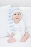 Bebé pequeño, adorable en una choza blanco-azul grande, retrato del niño de risa en el sofá blanco Imagenes de archivo