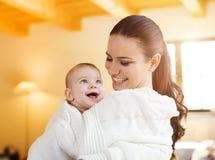 Bebé pequeno com sua matriz Fotos de Stock