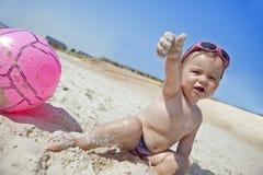 Bebé pequeno na praia da areia Fotos de Stock