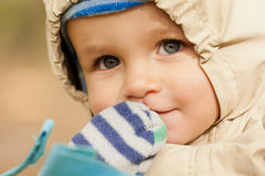 Bebé pequeno no parque fotografia de stock
