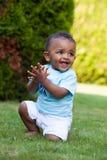 Bebé pequeno que joga na grama Fotografia de Stock