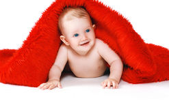 Bebé positivo alegre del retrato con una toalla Imagen de archivo libre de regalías