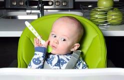 Bebé que aguarda el almuerzo Imagenes de archivo