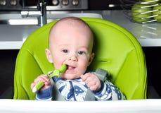 Bebé que aguarda el almuerzo Fotografía de archivo
