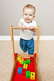 Bebé que aprende andar foto de stock