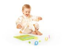 Bebé que aprende cartas del alfabeto fotos de archivo libres de regalías
