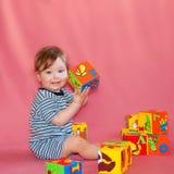 Bebé que aprende colores y números foto de archivo
