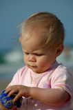 Bebé que aprende haciendo Fotos de archivo