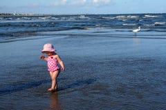 Bebé que aprende recorrer Fotografía de archivo libre de regalías
