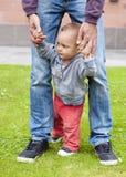 Bebé que aprende recorrer Fotografía de archivo